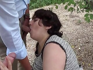 zoccola italiana trombata davanti a fidanzato ed amici