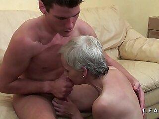 Mamy libertine veut du sperme chaud de jeunot pour son casting