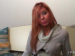Jeune petite rousse demontee dans un plan a interracial pour son casting